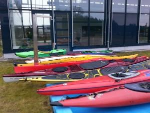 Aufgereihte Boote vor der Schwimmhalle