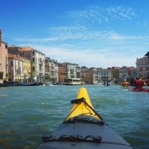 """Vogalonga 2016- 35: ... und im Canale Grande. Wir wissen jetzt, warum die Venetier mit der """"Vogalonga"""" gegen den Wellenschlag der Motorboote demonstrieren."""