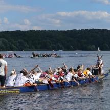 Auf zum Start! Im Hintergrund fahren gerade 2 Boote ein Rennen.