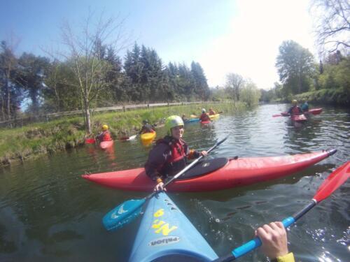 Auf ruhigem Fluss machen wir vorher einige Technikübungen, Hildesheim Mai 2016