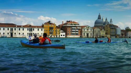 Vogalonga 2016- 34:    Wikinger*innen erleben hautnah die Wellen im Canale de Giudecca ...